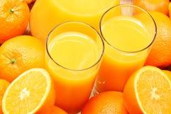 Δύο ποτήρια του χυμού από πορτοκάλι και των καρπών Στοκ Φωτογραφίες