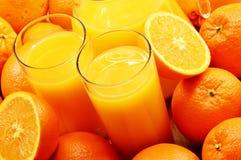 Δύο ποτήρια του χυμού από πορτοκάλι και των καρπών Στοκ εικόνα με δικαίωμα ελεύθερης χρήσης