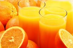 Δύο ποτήρια του χυμού από πορτοκάλι και των καρπών Στοκ Εικόνα