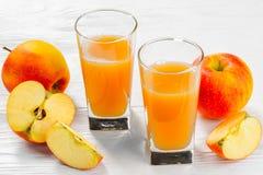 Δύο ποτήρια του χυμού μήλων με τις φέτες της Apple στο α Στοκ φωτογραφίες με δικαίωμα ελεύθερης χρήσης