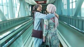 Δύο που το μουσουλμανικό κορίτσι βρέθηκε στην κυλιόμενη σκάλα, αγκαλίασαν φιλμ μικρού μήκους