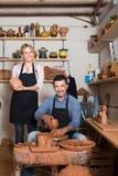 Δύο που χαμογελούν artisans στο εργαστήριο κεραμικής Στοκ Εικόνες
