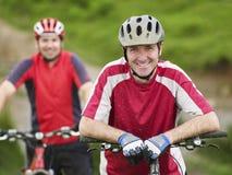 Δύο ποδηλάτες υπαίθρια Στοκ φωτογραφία με δικαίωμα ελεύθερης χρήσης