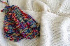 Δύο πολύχρωμα πλεκτά γάντια Στοκ φωτογραφία με δικαίωμα ελεύθερης χρήσης