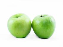 Δύο πράσινα μήλα σε ένα άσπρο υπόβαθρο - μπροστινή άποψη Στοκ εικόνα με δικαίωμα ελεύθερης χρήσης