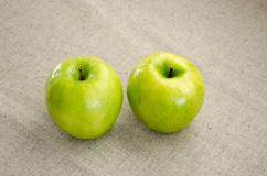 Δύο πράσινο Apple υπόβαθρο Στοκ Φωτογραφία