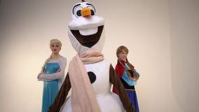 Δύο πριγκήπισσες και μια τοποθέτηση χιονανθρώπων στο στούντιο, σε αργή κίνηση απόθεμα βίντεο