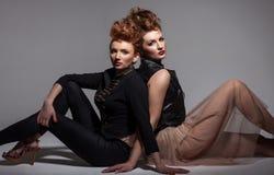 Δύο προκλητικά κορίτσια Στοκ εικόνα με δικαίωμα ελεύθερης χρήσης