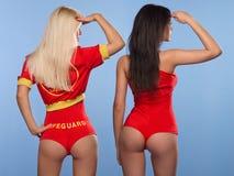 Δύο προκλητικές γυναίκες lifeguards Στοκ φωτογραφία με δικαίωμα ελεύθερης χρήσης
