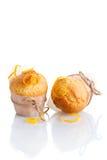Δύο πρόσφατα γίνοντα πορτοκαλιά muffins στοκ εικόνα
