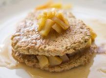 Δύο πρόσφατα ψημένες oatmeal τηγανίτες με το μήλο στοκ φωτογραφίες με δικαίωμα ελεύθερης χρήσης