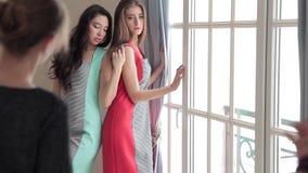 Δύο πρότυπα μόδας με το στιλίστα και το φωτογράφο κατά τη διάρκεια του βλαστού φωτογραφιών φιλμ μικρού μήκους