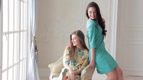 Δύο πρότυπα μόδας στα θερινά φορέματα που θέτουν στο βλαστό φωτογραφιών στο στούντιο απόθεμα βίντεο