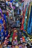 Δύο πωλητές των ιρανικών υφασμάτων κάθονται στο υφαντικό κατάστημα Στοκ εικόνες με δικαίωμα ελεύθερης χρήσης