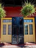 Δύο πόρτες με τα παραθυρόφυλλα και εγκαταστάσεις στη γαλλική συνοικία Στοκ Εικόνα