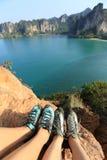 Δύο πόδια ορειβατών βράχου στο βράχο παραλιών Στοκ εικόνα με δικαίωμα ελεύθερης χρήσης
