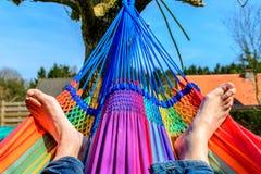 Δύο πόδια σε μια αιώρα Στοκ Εικόνες