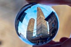 Δύο πύργοι, οικογένεια Garisenda και Asinelli στη Μπολόνια, σε μια σφαίρα κρυστάλλου Στοκ φωτογραφία με δικαίωμα ελεύθερης χρήσης