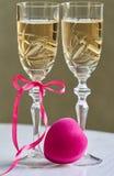 Δύο πλήρη ποτήρια της σαμπάνιας για την ημέρα του βαλεντίνου στοκ φωτογραφίες