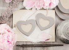 Δύο πλαίσια φωτογραφιών καρδιών στο εκλεκτής ποιότητας αναδρομικό υπόβαθρο Στοκ Εικόνα