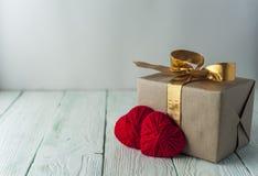 Δύο πλεκτές καρδιές, κιβώτιο δώρων στο αγροτικό υπόβαθρο Στοκ εικόνες με δικαίωμα ελεύθερης χρήσης