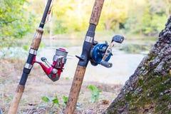Δύο ράβδοι αλιείας με τα εξέλικτρα Στοκ εικόνα με δικαίωμα ελεύθερης χρήσης
