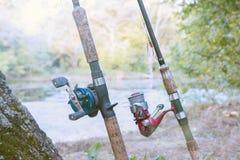 Δύο ράβδοι αλιείας με τα εξέλικτρα Στοκ Φωτογραφία