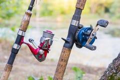 Δύο ράβδοι αλιείας με τα εξέλικτρα Στοκ Εικόνα