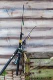 Δύο ράβδοι αλιείας και ξύλινο κιβώτιο που στέκονται έξω Στοκ εικόνα με δικαίωμα ελεύθερης χρήσης