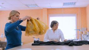 Δύο ράφτες που συζητούν τη νέα συλλογή ραπτικών απόθεμα βίντεο
