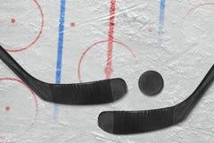 Δύο ραβδιά χόκεϋ, σφαίρα και ένας τομέας χόκεϋ με τα σημάδια Στοκ φωτογραφία με δικαίωμα ελεύθερης χρήσης