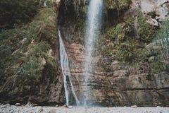 Δύο ρεύματα νεράιδων των καταρρακτών βουνών στο ισραηλινό εθνικό πάρκο Η έννοια του ακραίου και οικολογικού τουρισμού Φρεσκάδα στοκ εικόνα με δικαίωμα ελεύθερης χρήσης