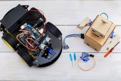 Δύο ρομπότ είναι στον πίνακα, ρομπότ, κατσαβίδια, καλώδια Άποψη φ Στοκ εικόνες με δικαίωμα ελεύθερης χρήσης