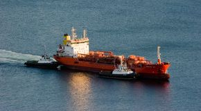 Δύο ρυμουλκά που συνοδεύουν την ανατολή κρυστάλλου βυτιοφόρων στην αποβάθρα Κόλπος Nakhodka Ανατολική (Ιαπωνία) θάλασσα 12 10 201 Στοκ εικόνες με δικαίωμα ελεύθερης χρήσης