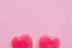 Δύο ρόδινη καραμέλα μορφής καρδιών ημέρας βαλεντίνων ` s lollipop στο κενό ρόδινο υπόβαθρο εγγράφου hipster ελάχιστη έννοια αγάπη Στοκ εικόνα με δικαίωμα ελεύθερης χρήσης