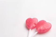 Δύο ρόδινη καραμέλα μορφής καρδιών ημέρας βαλεντίνων ` s lollipop στο κενό υπόβαθρο της Λευκής Βίβλου άνδρας αγάπης φιλιών έννοια στοκ εικόνες με δικαίωμα ελεύθερης χρήσης