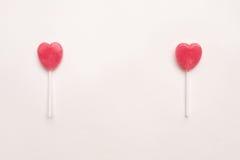 Δύο ρόδινη καραμέλα μορφής καρδιών ημέρας βαλεντίνων ` s lollipop στο κενό υπόβαθρο της Λευκής Βίβλου hipster ελάχιστη έννοια αγά στοκ φωτογραφία με δικαίωμα ελεύθερης χρήσης