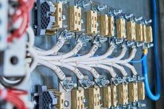 Δύο σειρές των τελικών φραγμών μπουλονιών, που συνδέονται με το με τα ηλεκτρικά καλώδια ή τα καλώδια Στοκ φωτογραφίες με δικαίωμα ελεύθερης χρήσης