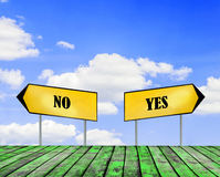 Δύο σημάδια οδών ΝΑΙ και αριθ. με τον όμορφο μπλε ουρανό με τον ουρανό σύννεφων Στοκ φωτογραφία με δικαίωμα ελεύθερης χρήσης