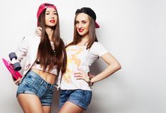 Δύο σκέιτερ κοριτσιών Στοκ φωτογραφία με δικαίωμα ελεύθερης χρήσης