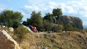 Δύο σκηνές τουριστών στα βουνά φιλμ μικρού μήκους