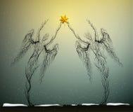 Δύο σκιαγραφίες δέντρων όπως τους αγγέλους που κρατούν το κόκκινο αστέρι Χριστουγέννων στο χιονίζοντας καιρό, έννοια εικονιδίων Χ Στοκ Εικόνες