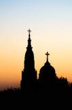 Δύο σκιαγραφίες εκκλησιών ενάντια στον ουρανό ηλιοβασιλέματος Στοκ φωτογραφία με δικαίωμα ελεύθερης χρήσης