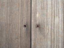Δύο σκουριασμένες βίδες δεκαεξαδικού μέσα στους ξύλινους πίνακες στοκ φωτογραφία