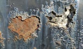 Δύο σκουριασμένες καρδιές χρωμάτων στην επιφάνεια σιδήρου Στοκ εικόνες με δικαίωμα ελεύθερης χρήσης