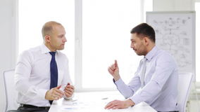 Δύο σοβαροί επιχειρηματίες με τα διαγράμματα στην αρχή φιλμ μικρού μήκους