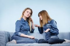 Δύο σοβαροί φίλοι γυναικών που μιλούν στον καναπέ Στοκ εικόνα με δικαίωμα ελεύθερης χρήσης