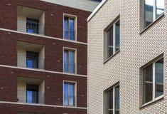 Δύο σπίτια τούβλου μεγάλα Windows Στοκ φωτογραφία με δικαίωμα ελεύθερης χρήσης