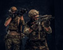 Δύο στρατιώτες ειδικών δυνάμεων στα πλήρη επιθετικά τουφέκια εκμετάλλευσης προστατευτικού εξοπλισμού και να στοχεύσει στους στόχο στοκ φωτογραφία με δικαίωμα ελεύθερης χρήσης