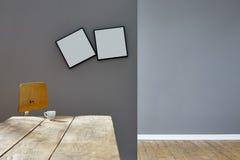 Δύο στριμμένα πλαίσια στην κενή εκλεκτής ποιότητας σοφίτα Στοκ εικόνες με δικαίωμα ελεύθερης χρήσης